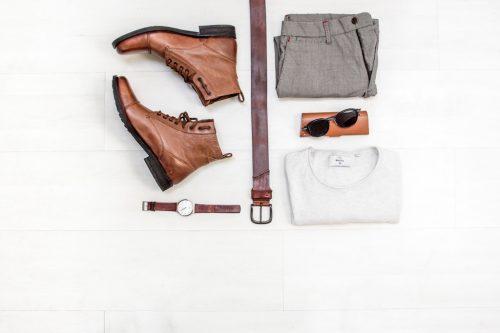 Schuhe, Gürtel, Uhr, Hose, Sonnenbrille, T-Shirt